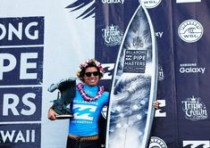 2015 Pipe Masters winner, Adriano de Souza with the Pipe Masters trophy surfboard by Phil Roberts Julian Wilson, John John Florence, World Surf League, Surfboard Art, Iconic Photos, Surfing, Waves, Board Art, Surf