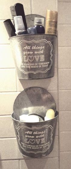 Heeft u ook altijd zoveel beautyproducten op uw wastafel staan? Of misschien heeft u te weinig ruimte voor een kast? Koop twee plantenbakken die je aan de muur kan bevestigen (deze zijn van de Action), hang ze op in uw badkamer en stop hier uw spulletjes in! Ideaal en het staat nog leuk ook!
