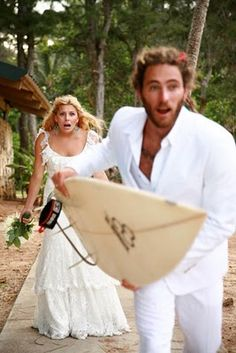 Surf wedding photo - This is hilarious ! Funny Wedding Photos, Wedding Pics, Wedding Shoot, Boho Wedding, Dream Wedding, Wedding Dreams, Wedding Beach, Wedding Wishes, Destination Wedding
