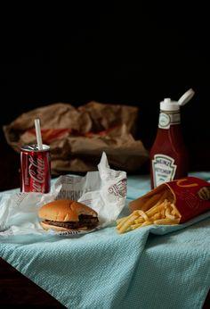 McStill-life  fotografia kulinarna - JedzenieJestPiękne #mcdonalds #stilllife #martwanatura #fotografiakulinarna #dark #foodphotography #junkfood