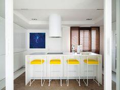Cocina con sillones amarillos