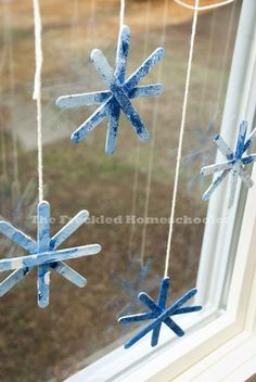 Love these easy DIY popsicle stick snowflakes for kids. | The Freckled Homeschooler