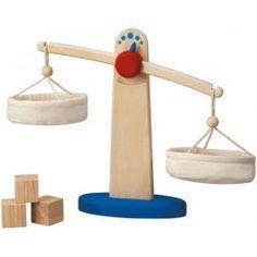 Balanza de madera de Plantoys http://pekaypeke.com/es/cocinitas-y-menaje/19-balanza-de-madera.html