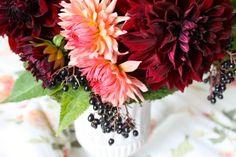dahlien farben blueteformen porzellan vase beeren tisch deko
