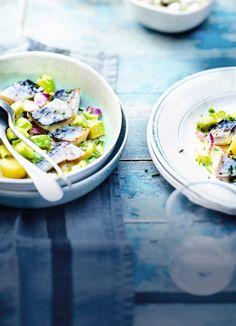 """Recette de la mer : la """" Salade tiède de maquereau, pomme de terre et avocat, sauce beurre-citron """" What You Eat, Flan, Food Styling, Cobb Salad, Tapas, Potato Salad, Seafood, Food Photography, Ethnic Recipes"""