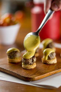 Canapé de hambúrguer com maionese de Dijon