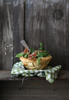 ensalada de rucula en cesta {Woven Bread Bowl for your Salad} Coffee Break, Food Styling, Bread Salad, Bread Bowls, Soup And Salad, Fresh Fruit, Food Inspiration, Love Food, Salad Recipes