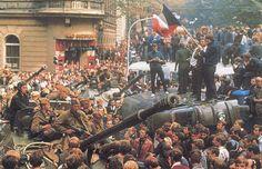 Os anos 60 foram uma década muito intensa. Em 1968 dá-se a Primavera de Praga, que impulsionou revoltas juvenis, que se manifestavam contra regimes opressivos. Este ambiente de rebelião fez com que essa atitude se manifestasse na aparência dos jovens: o cabelo, a barba e o bigode crescem de forma selvagem.