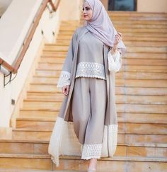 10 Hijab Tips to Make Dressing Modestly Easier – Veiled Collection Islamic Fashion, Muslim Fashion, Modest Fashion, Fashion Clothes, Fashion Outfits, Abaya Designs, Hijab Outfit, Kimono Outfit, Modest Dresses