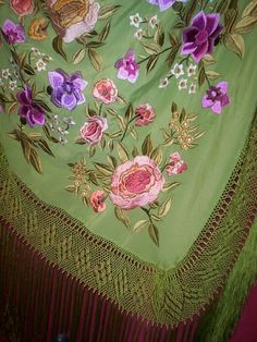 Mantones Catiliana Bordados y flecos: Historia del mantón de Manila Chinese Embroidery, Hand Embroidery, Spanish Costume, Tiffany Green, Mini Cactus, Queen Dress, Silk Shawl, Ribbon Work, Antique Clothing