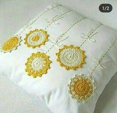 Uma almofada linda croche para compartilhar com as amigas agora. Que tal? Crochet Cushion Cover, Crochet Cushions, Crochet Pillow, Sewing Pillows, Crochet Motif, Crochet Designs, Crochet Flowers, Crochet Stitches, Crochet Patterns