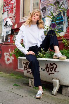 👗👚👠FAIR FASHION FÜR DEN HERBST – WANNA FALL IN LOVE? Wir zeigen euch die schönsten Fair Fashion Looks für den Herbst.  Die meisten Teile kann man natürlich auch problemlos ganzjährig tragen, vor allem in Hamburg.   Photo: @ka.opperts_photography  Hair/Make-Up: @evelyninnerhofer  Model: @werdernina  Styling: @lesley_sevriens  Styling-Assistenz: @pialala