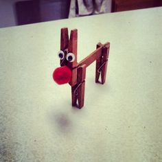 Rudolf richtig schnell nachgebaut Man nehme dafür: drei Wäscheklammern, einen Eisstiel, Wackelaugen , Watte, rote Farbe und in wenigen Minuten wird daraus ein kleiner Rudolf mit der roten Nase. Sabrina hat uns übrigens dieses süße Wäscheklammer Rentier zugesendet. Lieben Dank dafür! :)