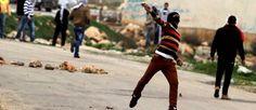 25.02 13 / Pourquoi la Palestine implose / Un étudiant palestinien de l'université de Birzeit jette une pierre en direction de soldats israéliens, après une manifestation de soutien à ses compatriotes prisonniers en Israël.