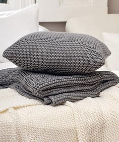 Knitted Cushion Pattern, Knitted Cushions, Crochet Pillow, Diy Crochet, Diy Crafts Knitting, Cute Quilts, Yarn Inspiration, Thick Yarn, Crochet Cross