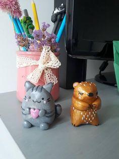 Jolis tailles-crayons marmotte doré ou chat gris qui tien un coeur rose. 100 % fait main et unique. Des tailles-crayons originaux et décoratifs ! Taille : 5 cm de haut et 3.5 cm de large  Une idée cadeau originale parfaite pour : la rentrée scolaire, un cadeau de Noël, une fête, un