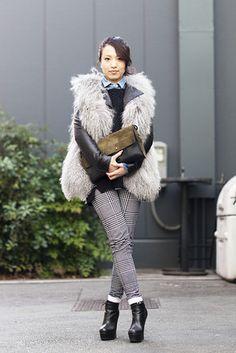 東京  Aoyama, TOKYO. Doi Eijun, Beautician. Le Ciel Bleu coat, Zara sweater, Moussy shirt and bag, Top Shop pants, Emoda shoes.