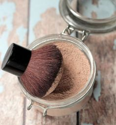 A homemade foundation powder that actually works. Made with ingredients in your kitchen! #diy #homemade #diybeauty