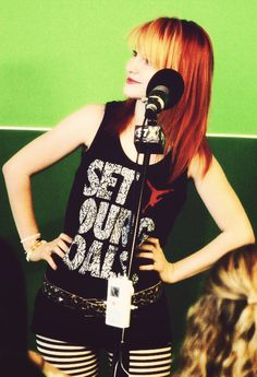 Hayley Williams I'm thinking her shirt is from set your goals the few that remain(she sang in) Hayley Paramore, Paramore Hayley Williams, Haley Williams Hair, Hayley Wiliams, Taylor York, Grunge Hair, Pop Punk, Dream Hair, Celebs