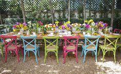 Nossa mesa de almoço montada no jardim da casa conceito de Tania Bulhões para celebrar o lançamento do Vamos Receber! Entre flores de cores vibrantes e muito carinho, mostramos detalhes de decoração para inspirar em fotos de Andreza Pinheiro. Cadeiras coloridas alternadas em mesa de madeira foram escolhas para dar alegria ao ambiente!