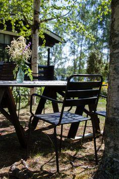 Mökillä, DIY puutarhapöytä, puutarhatuolit, musta.  At summercottage, DIY garden table, garden chairs, black. Outdoor Furniture, Outdoor Decor, Bench, Cottage, Table, Summer, Home Decor, Summer Time, Decoration Home
