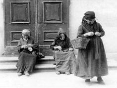 Fazioli Ernesto (1900/1955) - Donne anziane lavorano a maglia. Cremona, 1930