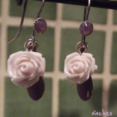 Pendientes colección Rose en color lila. Cada pendiente tiene un gancho con un cristal de Swarovski a juego. Uno de los detalles originales de los pendientes es el abalorio que cuelga tras la rosa en forma de lágrima.