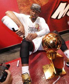 Dwyane Wade - Celebrating like a boss Miami Heat Basketball, Nba Miami Heat, Basketball Legends, Sports Basketball, Basketball Players, Dwyane Wade Wallpaper, Miami Heat Championships, Kobe Bryant Nba, Nba Pictures