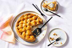 Vegan appeltaart recept - Allerhande   Albert Heijn Vegan Baking, Vegan Food, Raisin, Whipped Cream, Food Inspiration, Baked Goods, Macaroni And Cheese, Vegan Recipes, Pie