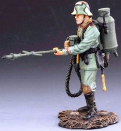 World War 1 German Army GW001B Flamethrower without Gas Mask - Made by Thomas Gunn Military Miniatures and Models. Factory made, hand assembled, painted and boxed in a padded decorative box. Excellent gift for the enthusiast.