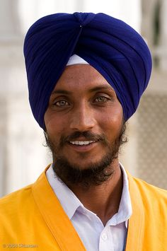 Portrait of a Sikh guard at the Golden Temple in Amritsar. I'm always jealous when I see this beautiful eye colour, it's so common yet so rare in Punjab. Beautiful Eyes, Beautiful World, Beautiful People, Amazing Eyes, Lovely Smile, We Are The World, People Around The World, Foto Face, Wale