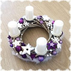 Christmas Advent Wreath, Christmas Tree Design, Purple Christmas, Christmas Swags, Christmas Time, Christmas Crafts, Christmas Table Centerpieces, Christmas Decorations, Advent Candles