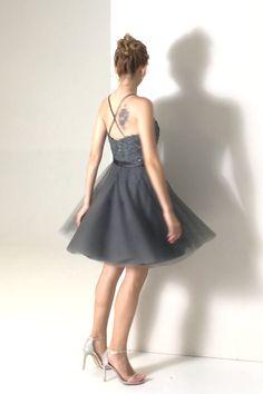 Cette robe courte à dos bretelles croisées est très jolie grâce au bustier appliqué de dentelle rebrodée de sequins scintillant. Optez pour ce modèle car elle est parfaite pour votre cocktail ou soirée semi-formel.