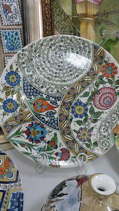 Çini tabak Turkish Design, Turkish Art, Turkish Tiles, China Painting, Ceramic Painting, Pottery Plates, Ceramic Pottery, Decoration, Art Decor