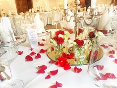 Eine Hochzeit in Apricot im Kaminzimmer im Landleben Potsdam. Die Deko ...