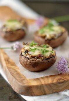 Deze gevulde champignons zijn wáánzinnig lekker! Ze zijn makkelijk om te maken en vrijwel iedereen zal ze lekker vinden. Serveer ze als voorgerechtje of als tapas bij de borrel. Gevulde champignons met kruidenroomkaas. (Recept via bron)