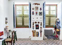 Quarto da moradora: tons de azul marcam o dormitório que, na coluna entre as janelas, exibe bonecas de Cassia Macieira e obras de artistas c...