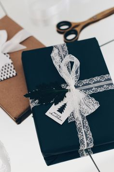 christmas wrapping Do it yourself, DIY, - Elegant Gift Wrapping, Wrapping Ideas, Creative Gift Wrapping, Creative Gifts, Christmas Gift Wrapping, Christmas Gifts, Creative Gift Packaging, Black Wrapping Paper, Gift Wraping