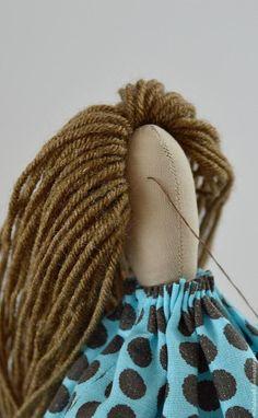 Мастер-класс по изготовлению прически для куклы в стиле тильда из пряжи. Кратко процесс работы. Волосы из пряжи пришьем, сделаем два хвостика, скрутим спирали из пряжи, закрепим их, украсим прическу по своему желанию. Мастер-класс демонстрируется на кукле Тильда, выполненной по выкройке тильда-гирлянда. Рост куклы 29 см. Прическа расчитана на длинные волосы куклы.