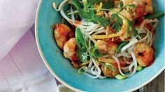 Salade tiède de nouilles aux crevettes sautées