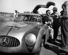 Gewinner: Karl Kling und Hans Klenk (verdeckt) siegen 1952 bei der 3. Carrera Panamericana Mexico auf Mercedes-Benz 300 SL (W 194).