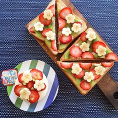 Lovely summer snack♡ with banana flowers, strawberry slices and kiwi. Cute Food, Good Food, Yummy Food, Fruit Sandwich, Petit Cake, Cute Desserts, Japanese Sweets, Food Decoration, Snacks