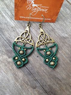 Micro macramé earrings celtic triangle green par creationsmariposa, $30.00