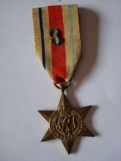 LES DÉCORATIONS AU CHOC 1943-1945. Africa Star portée par le Chasseur De Montova de la 4émeCie , 1ére section. Cette médaille lui a été donnée , au titre de la 8éme Armée Anglaise, pour des actions (sous d'autres noms et uniformes) en 42/43 en Tunisie, Tripolitaine et Libye (entre autre dans les rangs du 3éme Bataillon de l' Infanterie de l'Air, paras de la France Libre).
