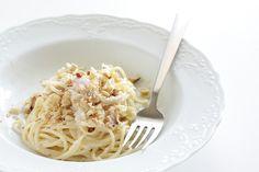 Gli spaghetti cremosi con noci e pancetta sono un piatto raffinato alla portata anche di chi si avvicina per la prima volta ai fornelli.