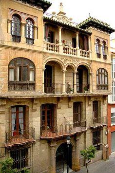 Edificio en la calle de la Victoria. Edificio de 1927 dentro de la línea del arquitecto Fernando Guerrero-Strachan, donde el tratamiento de la planta baja es diferente a las superiores siguiendo el modelo de la mansiones señoriales de la Alameda Principal.