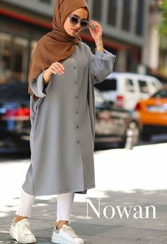 Apr 2020 - düğmeli ince yazlık tesettür tunik Modern Hijab Fashion, Hijab Fashion Inspiration, Abaya Fashion, Muslim Fashion, Modest Fashion, Fashion Outfits, Hijab Style Dress, Casual Hijab Outfit, Hijab Chic