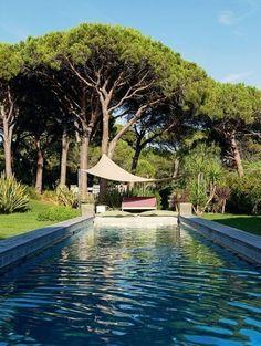 Le voile d'ombrage apporte une touche de modernité au jardin. Plus de photos sur Côté Maison http://petitlien.fr/7etc