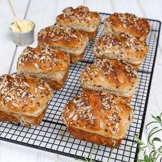 Läckra och goda minilimpor med nyttiga och goda frön på toppen. Testade att göra det som ett bröd i en större brödform istället för fyra och det blev supergott!