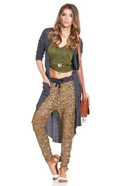 DailyLook: Maison Scotch Biker Sweatpants in Mustard Trendy Outfits, Cute Outfits, Fashion Outfits, Types Of Clothing Styles, Hunter Outfit, Daily Look, Get Dressed, Fashion Prints, Knit Cardigan